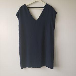The vanity room double v-neck cap sleeve shift dress size M